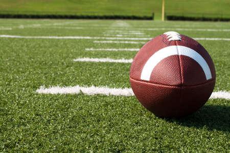 Close-up van het Amerikaanse voet bal op het veld met yard lijnen. Stockfoto