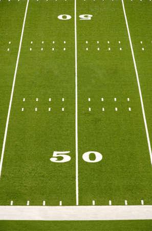 空のアメリカン フットボール フィールド 50 ヤード ラインを示します。 写真素材