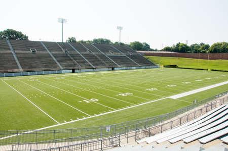 campeonato de futbol: Escuela secundaria estadio mostrando todo campo de f�tbol.