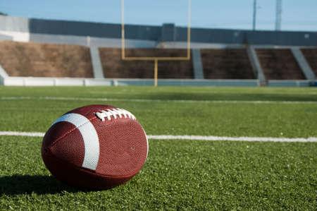 campeonato de futbol: F�tbol americano en campo con el objetivo puesto en segundo plano.