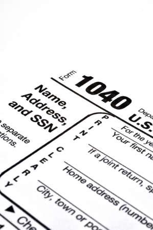 クローズ アップの IRS のフォーム 1040年インクのペンとコーヒーの白い背景の上。
