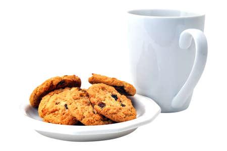 oatmeal: Galletas de avena en plato y caf� aislados en fondo blanco
