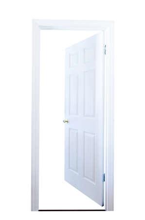 puerta abierta: Abra la puerta aislada en el fondo blanco con trazado de recorte.