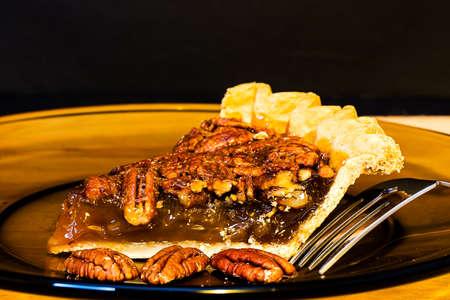 pecan pie: Pecan primer pastel con un tenedor en un plato.