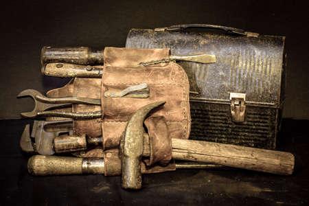 pause repas: Pause d�jeuner � l'ancienne ceinture � outils vintage et outils avec bo�te � lunch.