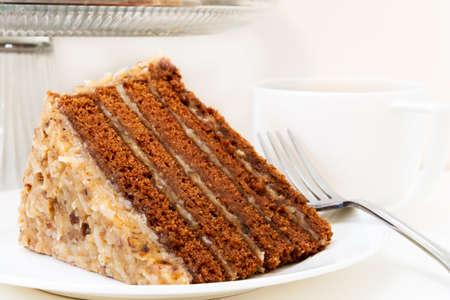 一杯のコーヒーとドイツのチョコレート ケーキのクローズ アップのスライス。 白い背景上に分離。 写真素材 - 47625377