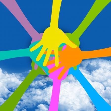 푸른 하늘 배경에 함께 다채로운 손으로 현재 그래픽의 공생 개념 스톡 콘텐츠