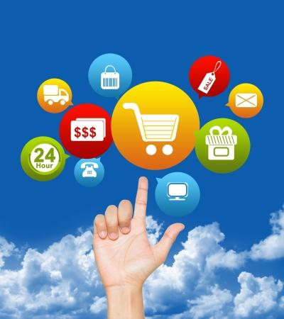 인터넷과 온라인 쇼핑 개념 푸른 하늘 배경에 전자 상거래 아이콘 위에 손 스톡 콘텐츠
