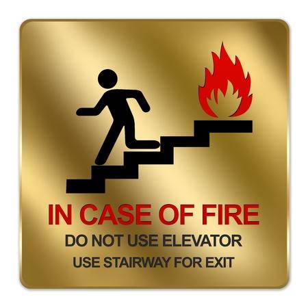 no correr: Oro metálico estilo Plate Para In Case Of Fire No utilizar Ascensor Uso Escalera para la muestra de la salida Aislado en un fondo blanco