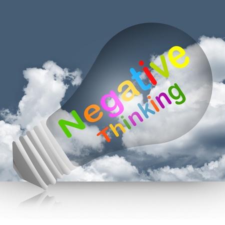 negative thinking: Colorful pens�e n�gative texte � l'int�rieur de l'ampoule Concept dans Dark Sky Contexte