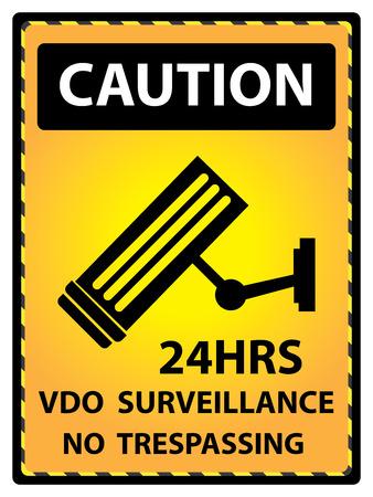 prohibido el paso: Amarillo de precauci�n para el Presente Seguridad Por 24HRS VDO Vigilancia No Trespassing texto con CCTV signo aislado en el fondo blanco