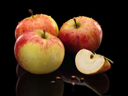 segmentar: Tres manzanas de color rosa de un segmento y semillas