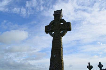 Dominando croci celtiche si staglia in Irlanda. Archivio Fotografico - 62018363