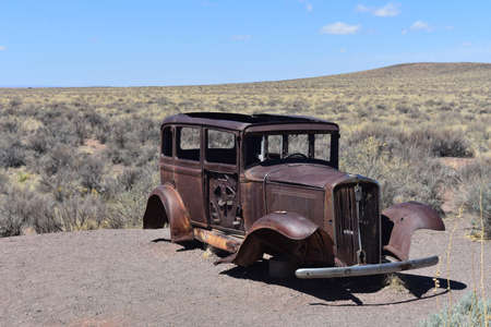 Rusted antique car located in the Petrified Forest National Park. Standard-Bild