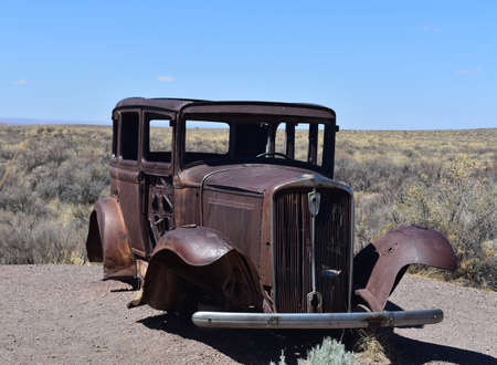 Old rusted out car in the Petrified Forest National Park. Standard-Bild
