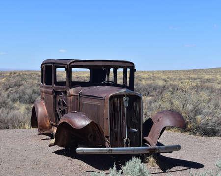 Classic rusted antique car on Route 66 in Arizona. Standard-Bild