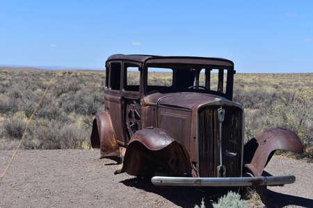 Landscape with an unusual antique car in Arizona. Standard-Bild