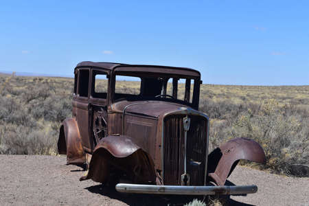 Iconic classic rusted out car on Route 66 in Arizona. Standard-Bild