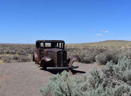 Iconic classic studebaker rusted out and found in the Arizona landscape. Standard-Bild
