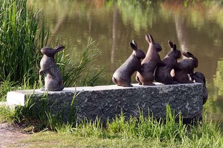 Kunst - een groep van 6 konijnen spelen op de oevers van de Götakanaal in Zweden Stockfoto - 8194456