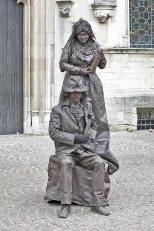 belgien: Brugge, Belgien - 28. Mai 2011: Human Street Performer stellt typisch fl?schen Paar des letzten Jahrhunderts dar