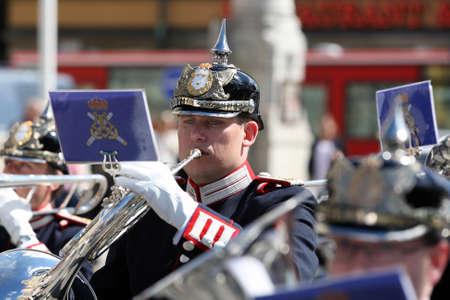 Stockholm, Schweden - 15. Mai 2013: Ein Musiker der Royal Military Band marschiert in den Stra?n von Stockholm