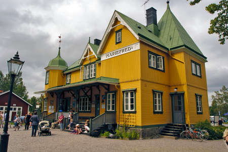 Mariefred, SWEDEN - JULY 26: About an hours drive southwest of Stockholm in the Municipality of Strngns They can admire thesis historic railway building in Mariefred, Sweden on July 26, 2012 Редакционное