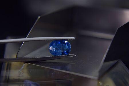 topaze bleue Est une belle pierre précieuse bleue naturelle qui est populaire car elle a de belles couleurs et est chère. Utilisé pour faire des bijoux Banque d'images