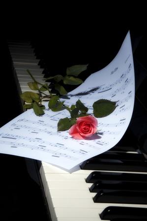 teclado de piano: partituras de piano de rosa Foto de archivo