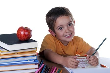 niño sonriente en su estudio de escritorio