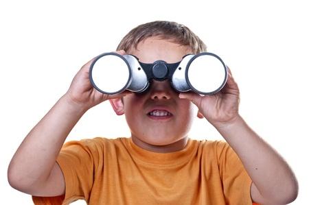 lejos: niño con binoculares sobre un fondo blanco Foto de archivo