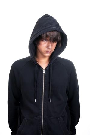 sudadera: Primer plano de un adolescente vistiendo una sudadera con capucha, underlit sobre fondo blanco