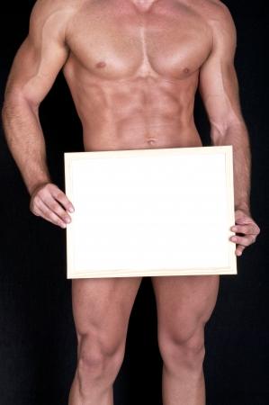 desnudo masculino: Un hombre desnudo muscular, que cubre con una caja (espacio de la copia) Foto de archivo