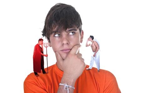 demon: Młody człowiek z diabłem i jego anioł mówi do niego na białym tle Zdjęcie Seryjne