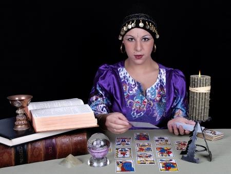 psiquico: Gypsy vidente sostiene una tarjeta de tarot
