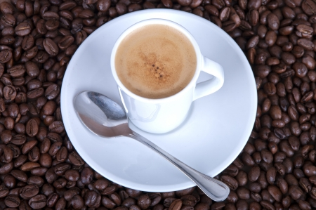 expresso: A creamy espresso on a bed of coffe beans