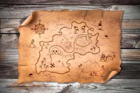 carte trésor: vieille carte au trésor, sur le fond grunge en bois
