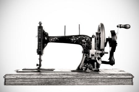 maquina de coser: La vieja máquina de coser sobre fondo blanco