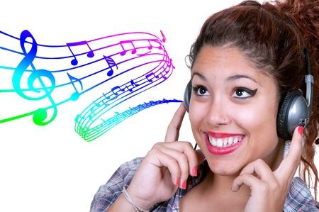 pentagrama musical: Chica Casual joven escuchando música con puntuación de fondo musical