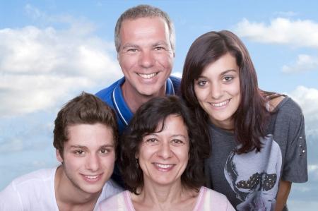 madre e hija adolescente: Retrato de padres felices con los adolescentes Foto de archivo