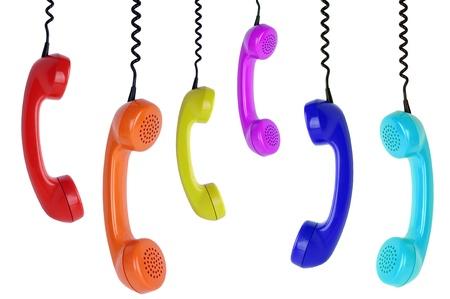 telefono antico: sei telefoni colorati appesi isolato su sfondo bianco