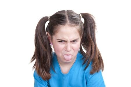 sacar la lengua: niña sacando la lengua en el fondo blanco