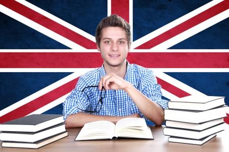 英国国旗を背景に若い男の子の学生。英語学習の概念