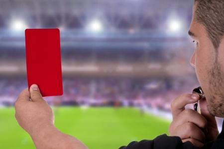 arbitros: Árbitro que muestra la tarjeta roja en el estadio de fútbol