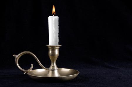 Bougie sur les vieux chandeliers de cuivre Banque d'images - 26658743