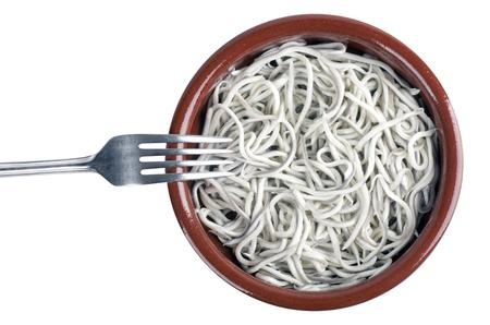 Gekookte kindje paling. typisch Spaans gerecht. Op een witte achtergrond
