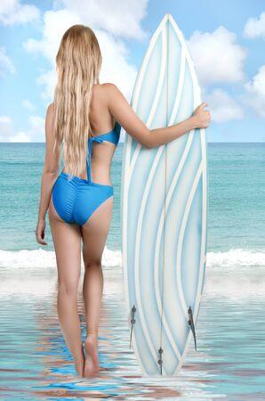 niñas en bikini: Vista trasera de una mujer atractiva joven hermosa en bikini surfista con tabla de surf