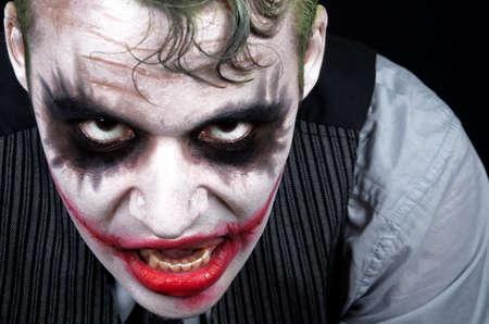 clown cirque: Visage joker effrayant fonc� hurlant col�re