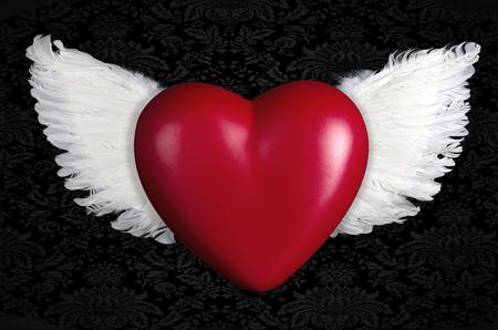 Een rood hart met engelenvleugels