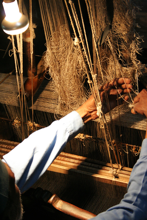 A weaver at an old Indian silk factory. Stockfoto